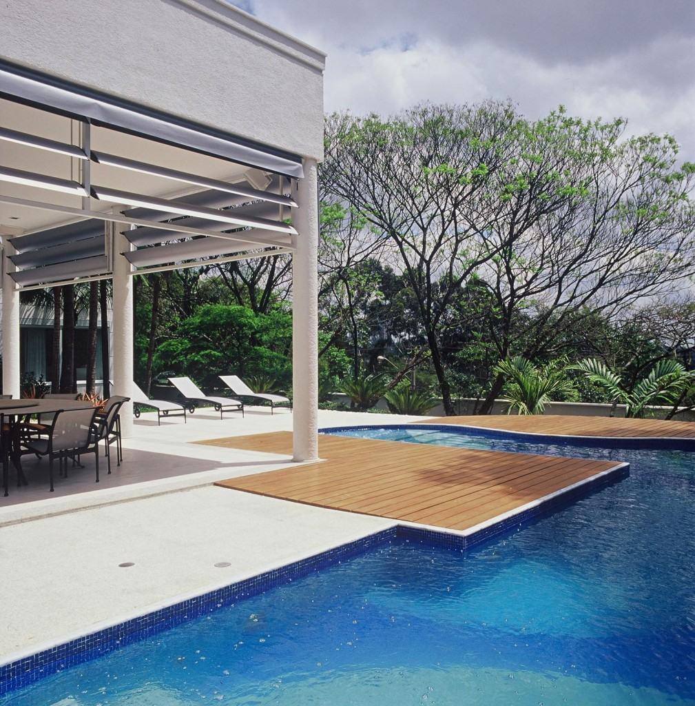 Coloque o deck para uma parte do entorno da piscina para criar áreas de descompressão