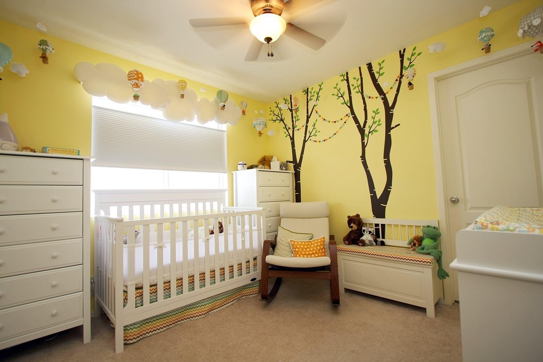 Para quem quer uma proposta colorida pode utilizar uma pintura colorida na parede e adesivo temático