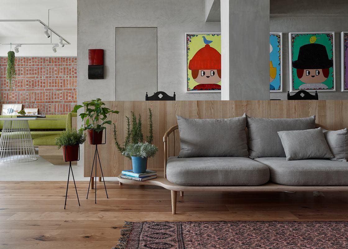 Aqui a mesma tonalidade de madeira foi utilizada nos móveis e nos acabamentos