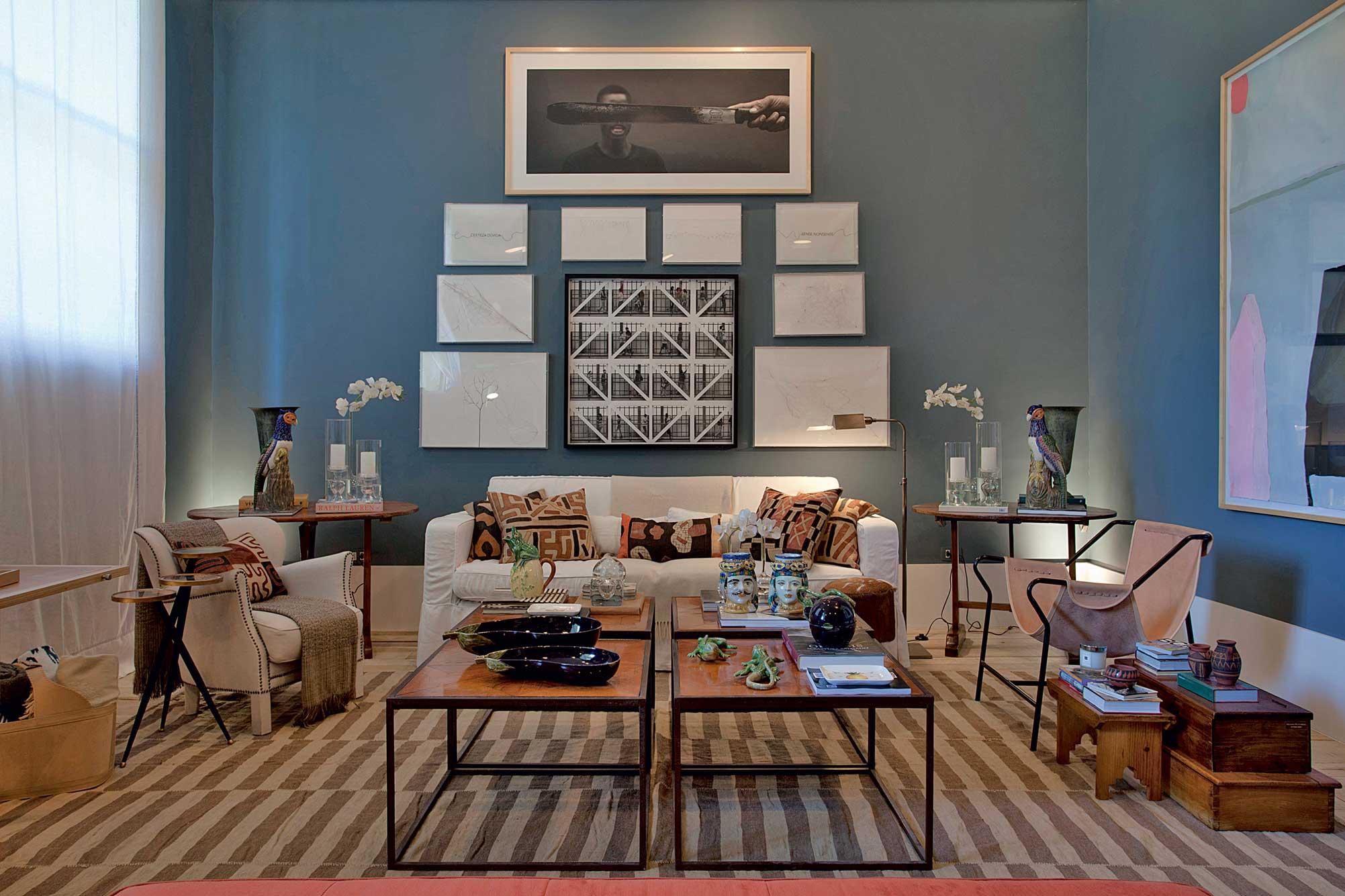 A sala que dispõe de mais espaço podem apostar em cores mais fortes