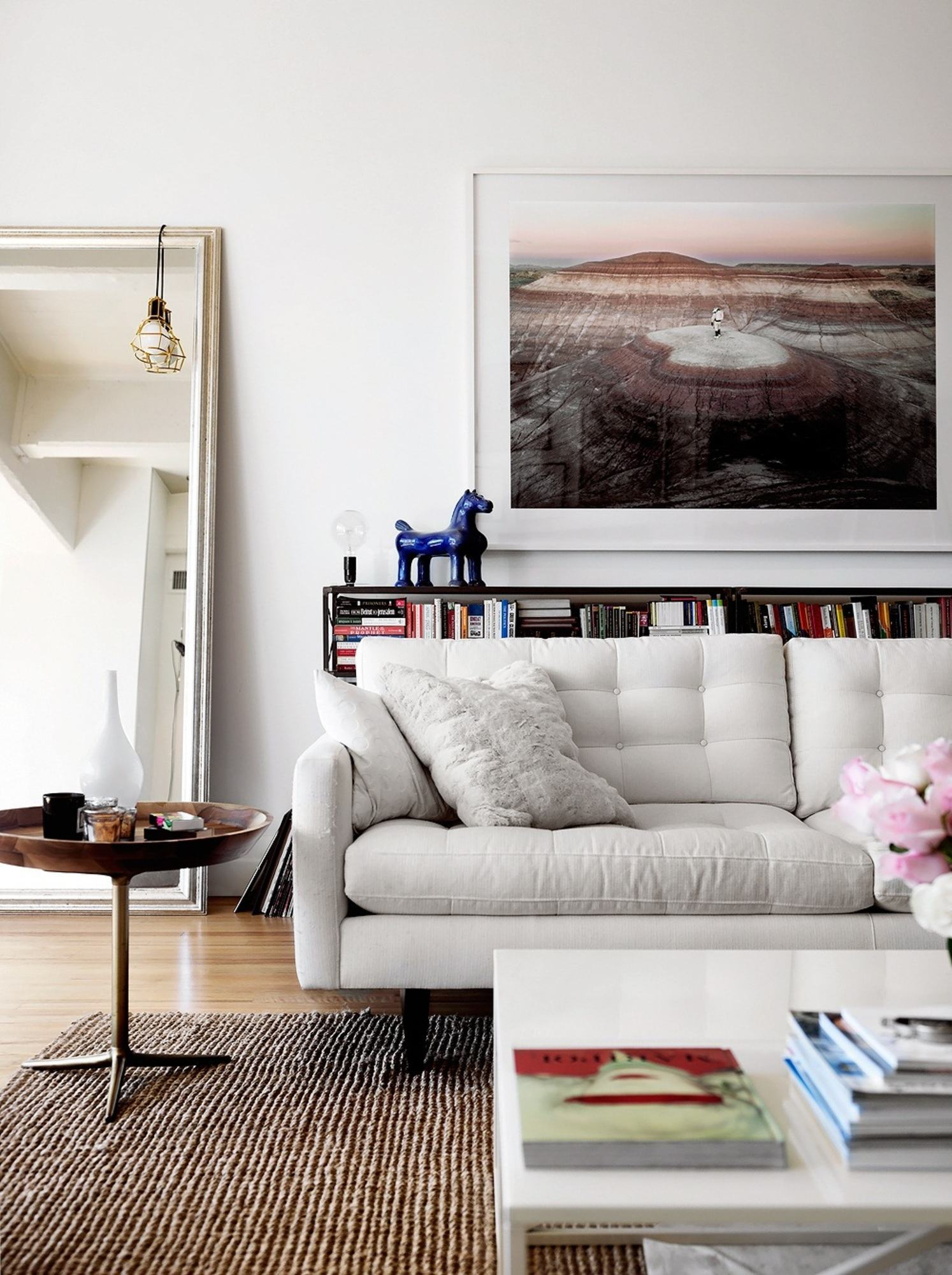 Salas decoradas com espelho e paredes lisas