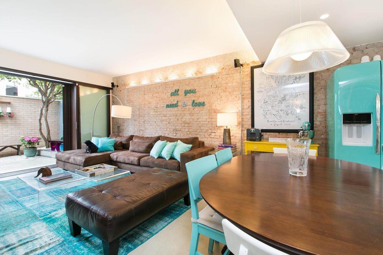 A parede revestida é ideal para complementar uma decoração mais simples