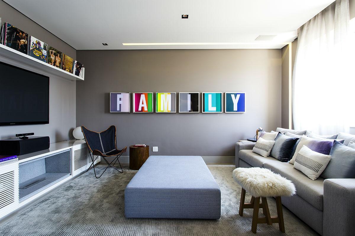 Para uma sala neutra, o bacana é colocar um ponto de cor com quadros, livros e almofadas