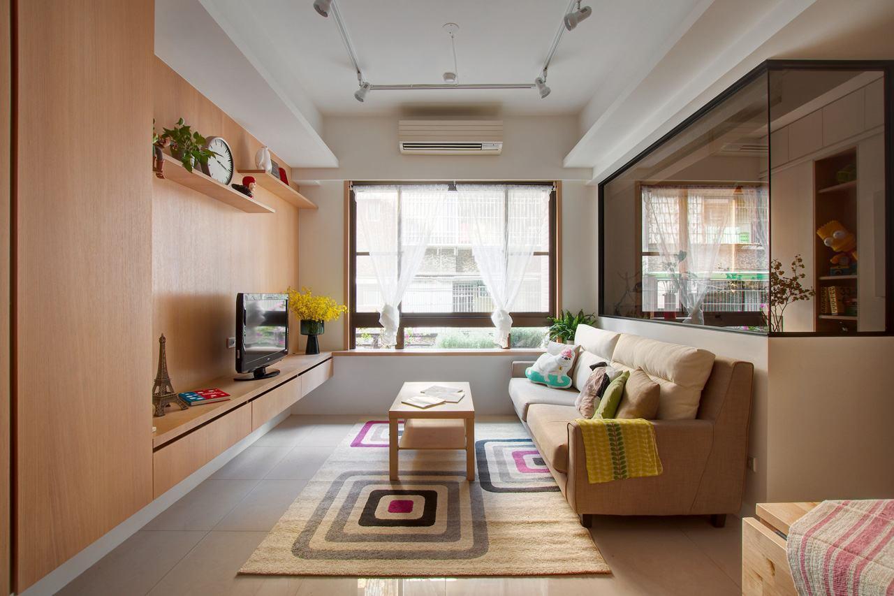 A ideia de integrar a sala com o home office, escolhendo um fechamento de vidro
