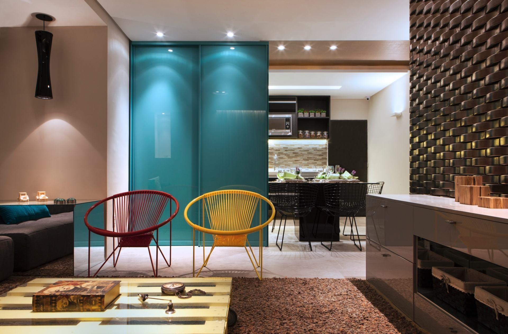 A dupla de poltronas é um clássico na decoração, que tal optar por cores complementares?