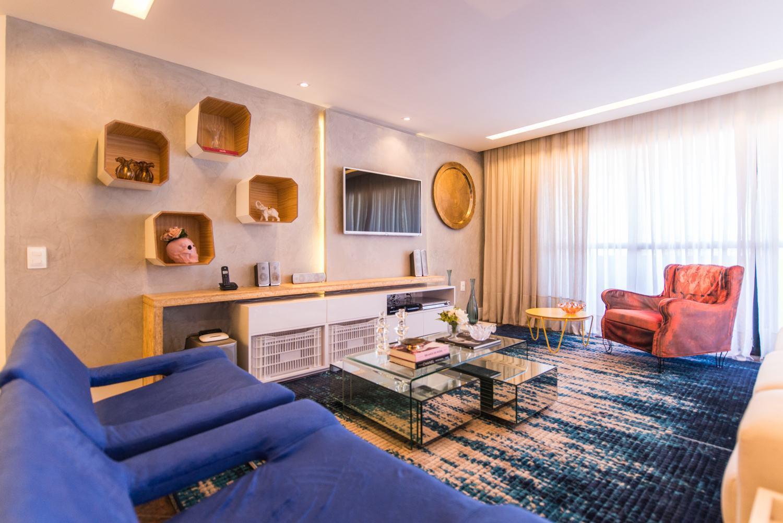 Reutilize objetos para decorar sua sala de estar. As caixas são um curinga na organização dessa sala