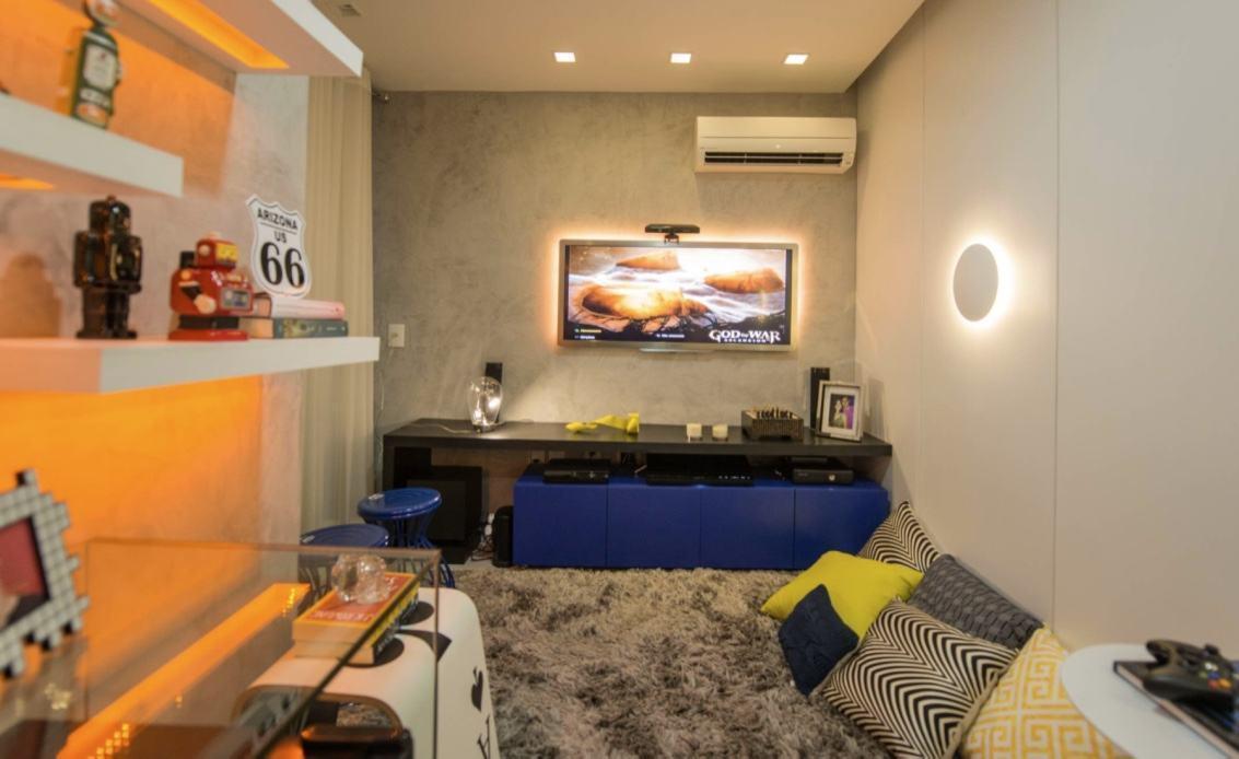 Aqui a ideia é substituir o sofá por uma área com um tapete felpudo e almofadas