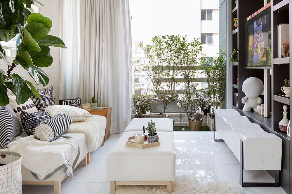Realce o clean da sala com vasos de plantas