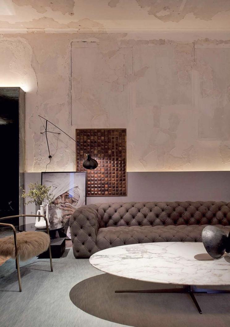 O sofá capitonê leva elegância ao ambiente da sala decorada