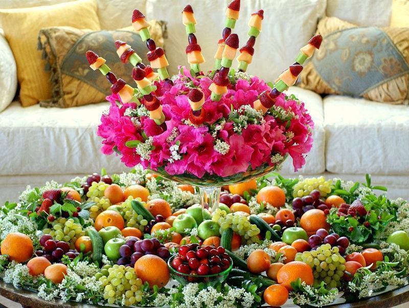 O vaso de flores pode ser um apoio decorativo para as frutas.
