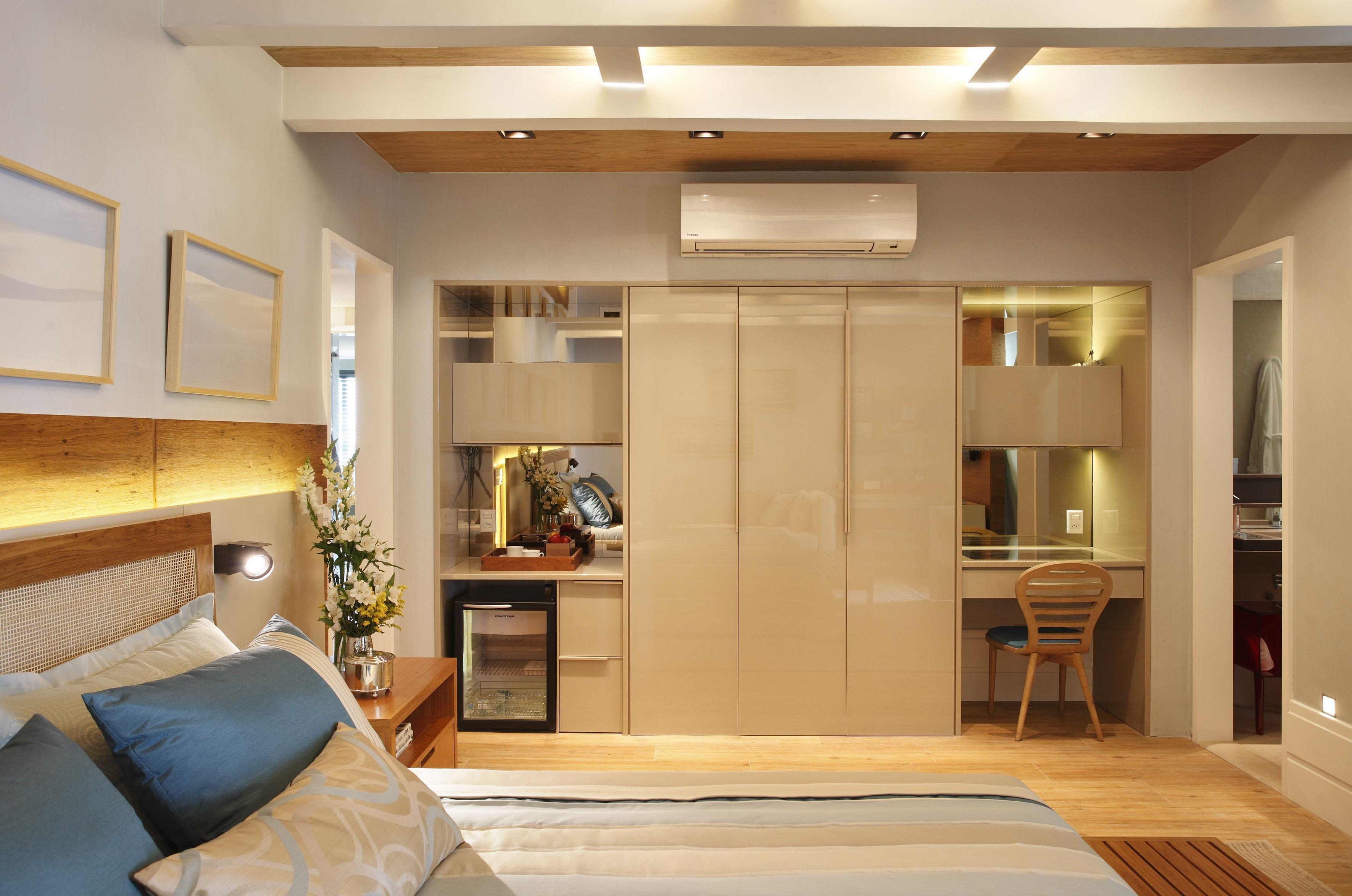O cantinho do armário ganhou um nicho com espaço para um bar e escrivaninha.