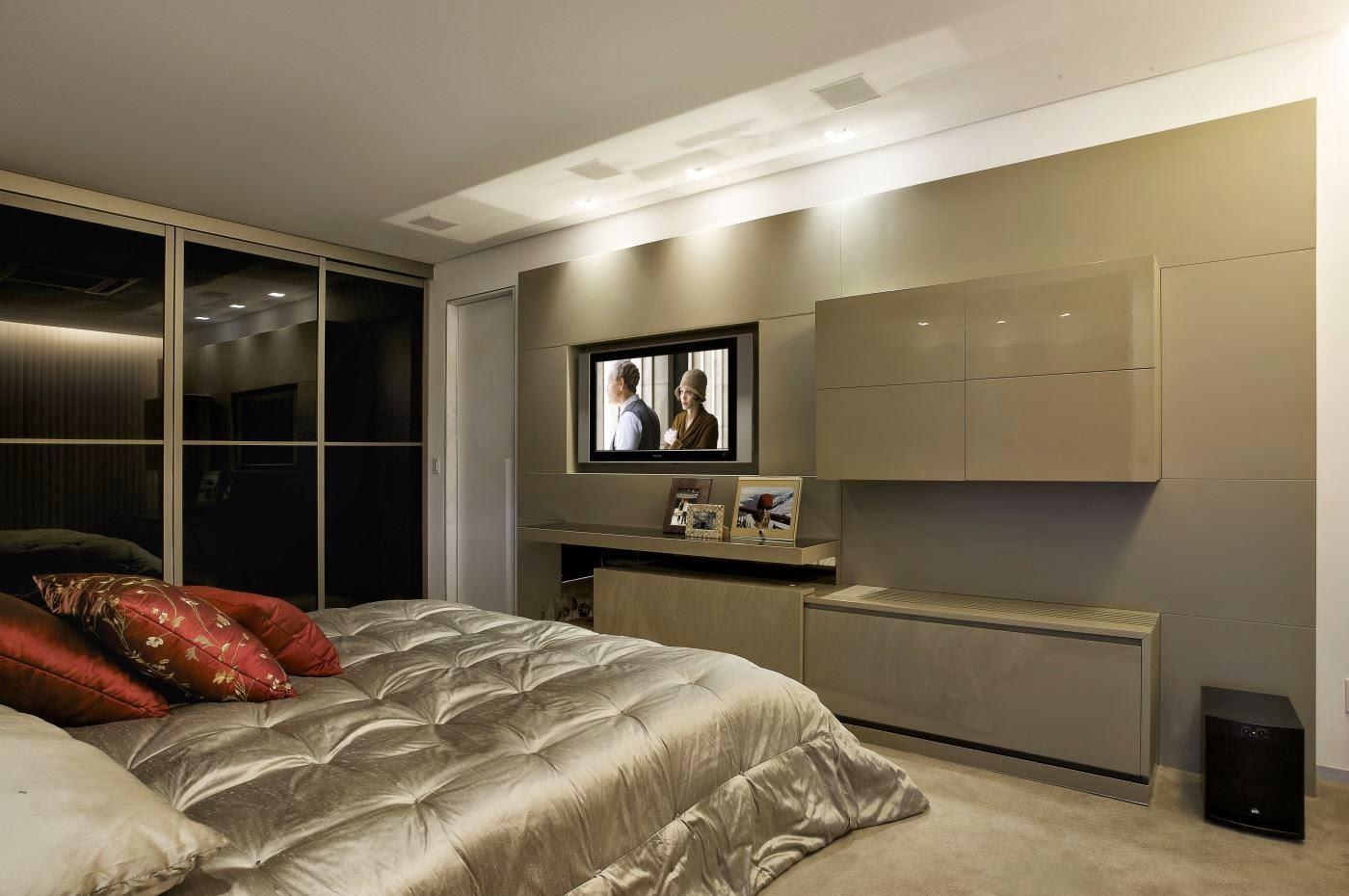 O painel da TV decora e leva movimento a parede do quarto.
