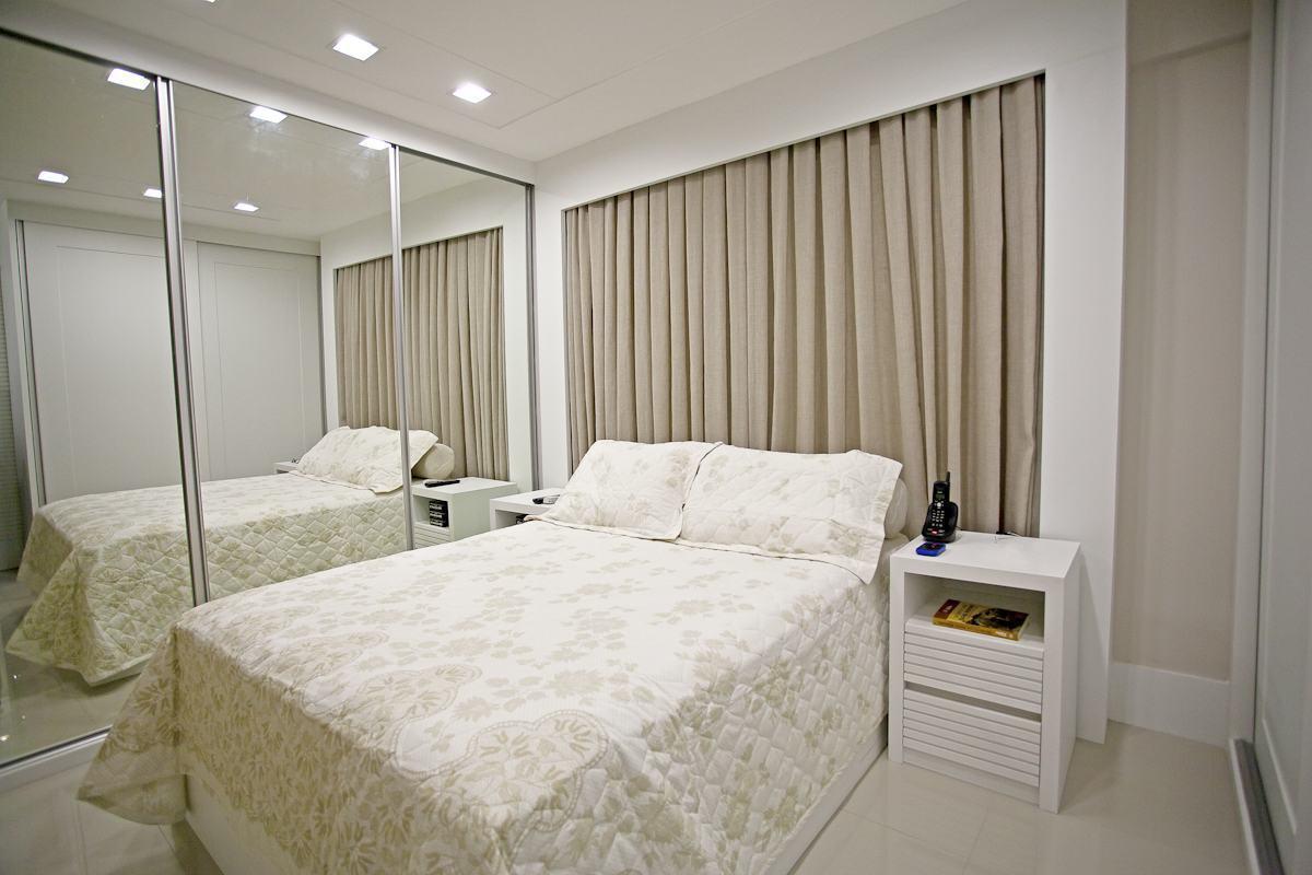 Com o armário embutido e portas espelhadas, o visual fica mais clean.