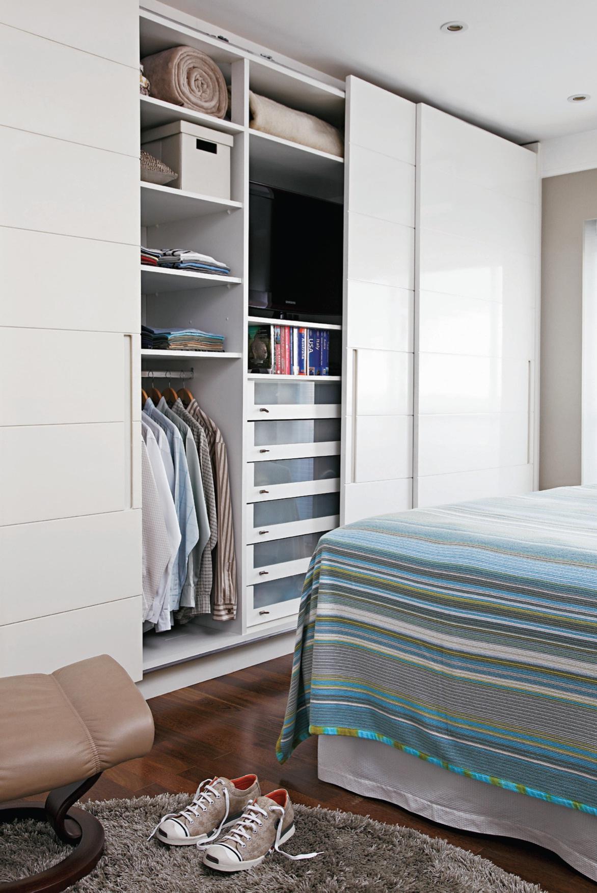 As portas deslizantes são a melhor opção para o quarto pequeno.