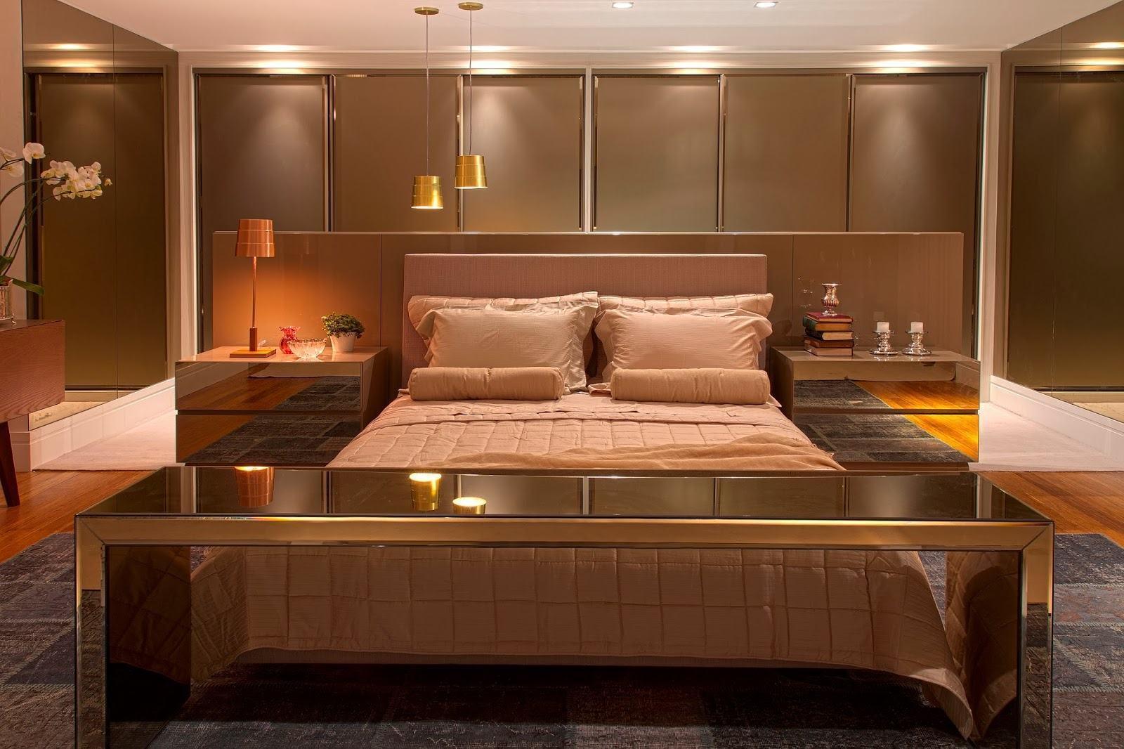As portas inteiras revestidas do mesmo material harmonizaram o visual do fundo do quarto.