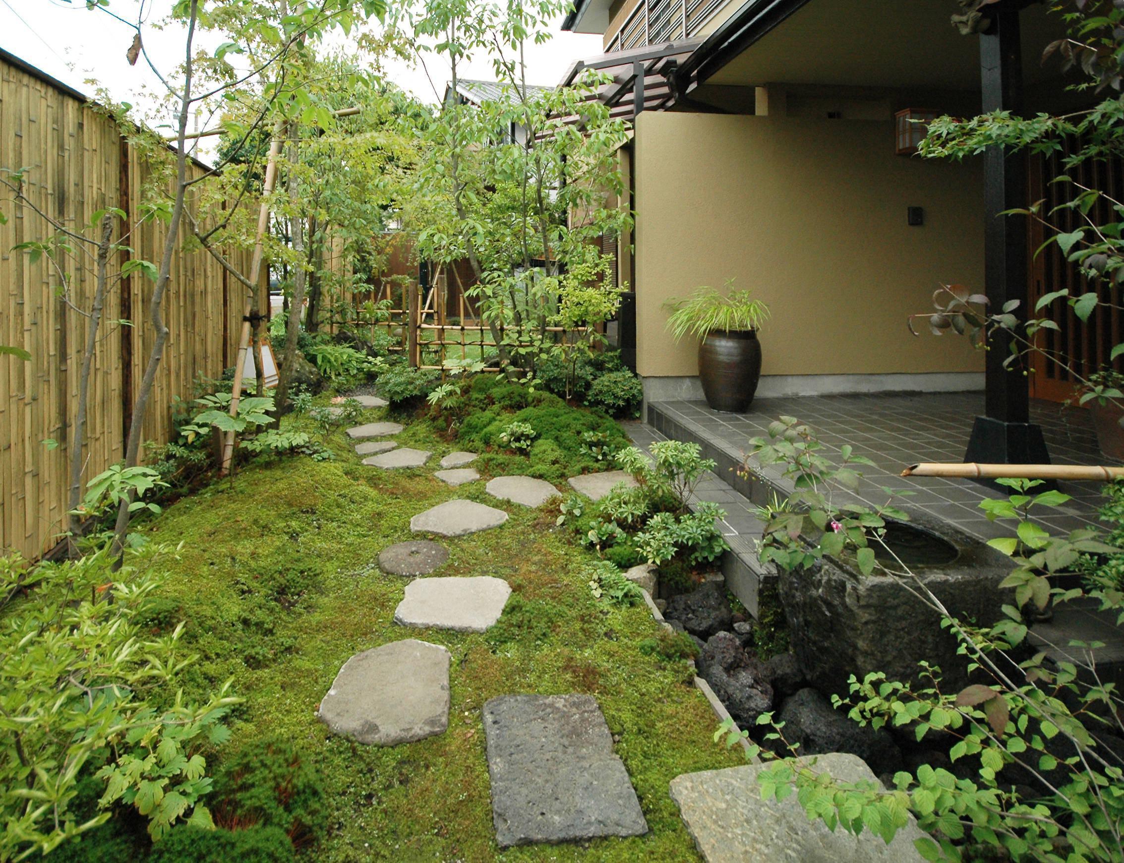 Imagem 42 – Lindo espaço zen que divide os ambientes com pequena