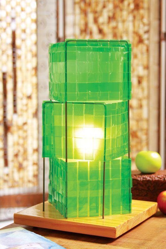Luminária feita com tiras de garrafa PET