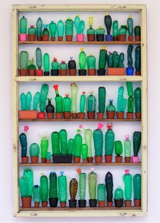 Muram com vasos de barro, as garrafas foram usadas como plantas