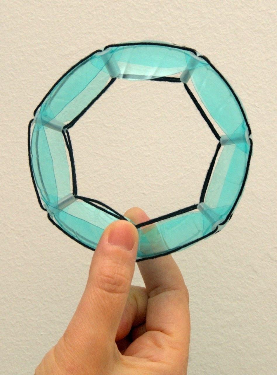 Pulseira feita com plástico de garrafa PET
