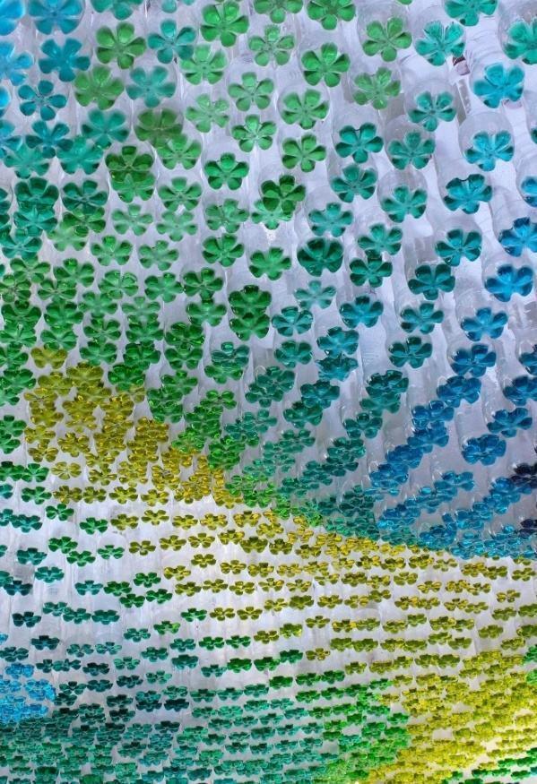 Decoração colorida suspensa com várias garrafas