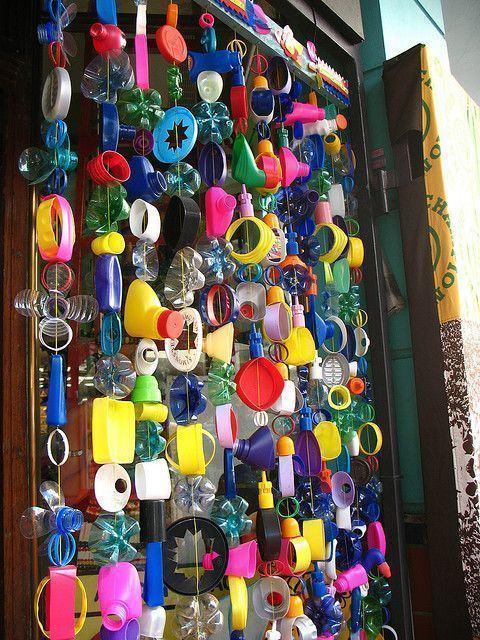 Penduricalho com restos de plásticos e garrafas PET