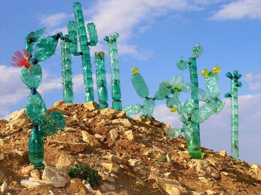 Arte com garrafas PET em formato de cactos