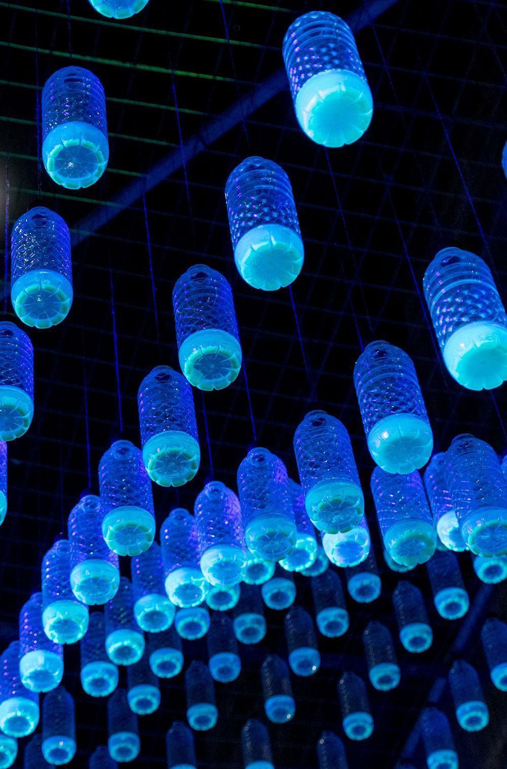 Iluminação neon com garrafas de plástico
