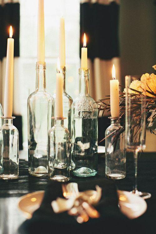 Suporte para velas com garrafa de vidro.