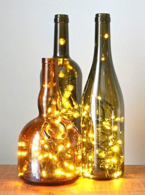 Iluminação de natal com garrafas de vidro.