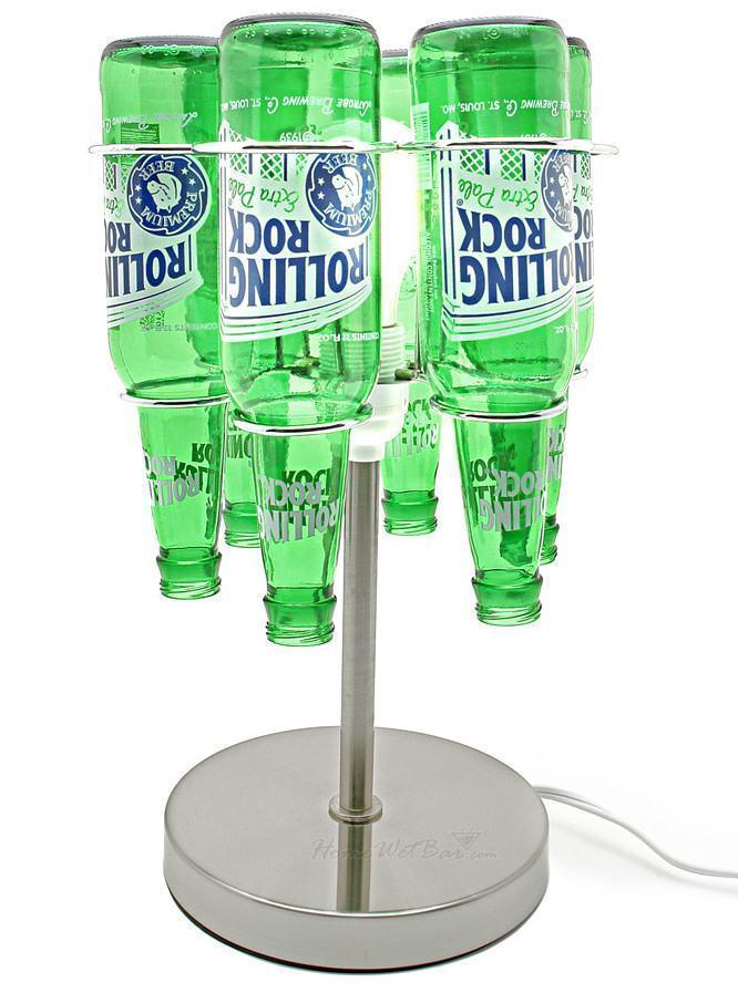 Luminária com garrafas de bebida verde ao redor da lâmpada.