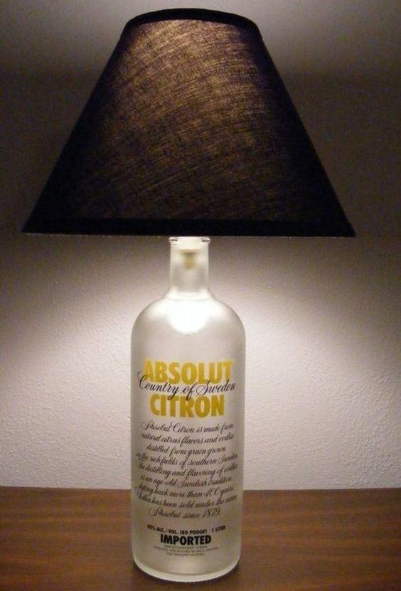 Abajur feito com garrafa de bebida fosca.