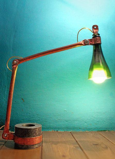 Luminária com pedaço de garrafa de vidro ao redor da lâmpada.