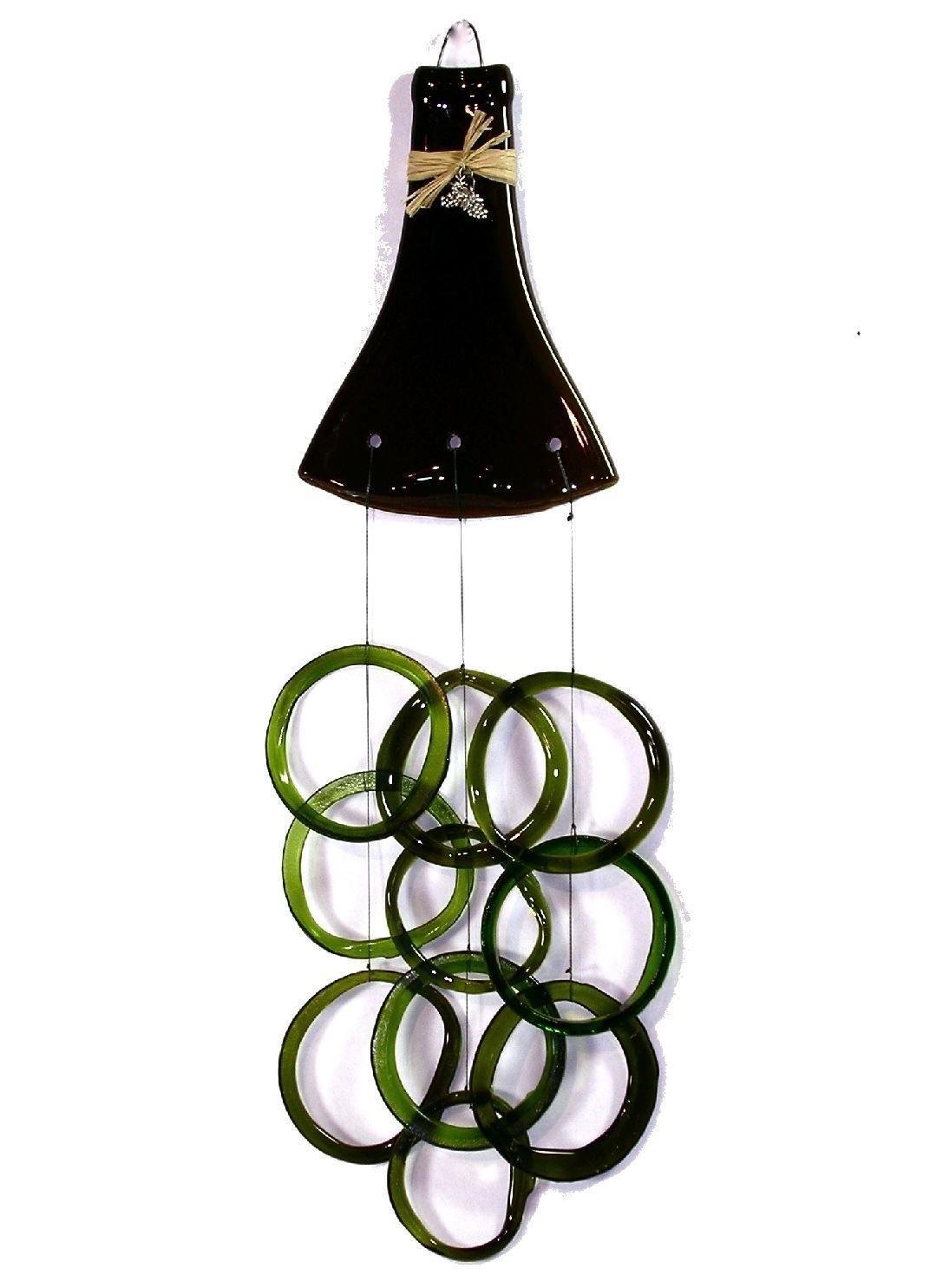 Garrafa amassada com anéis de vidro pendurados.