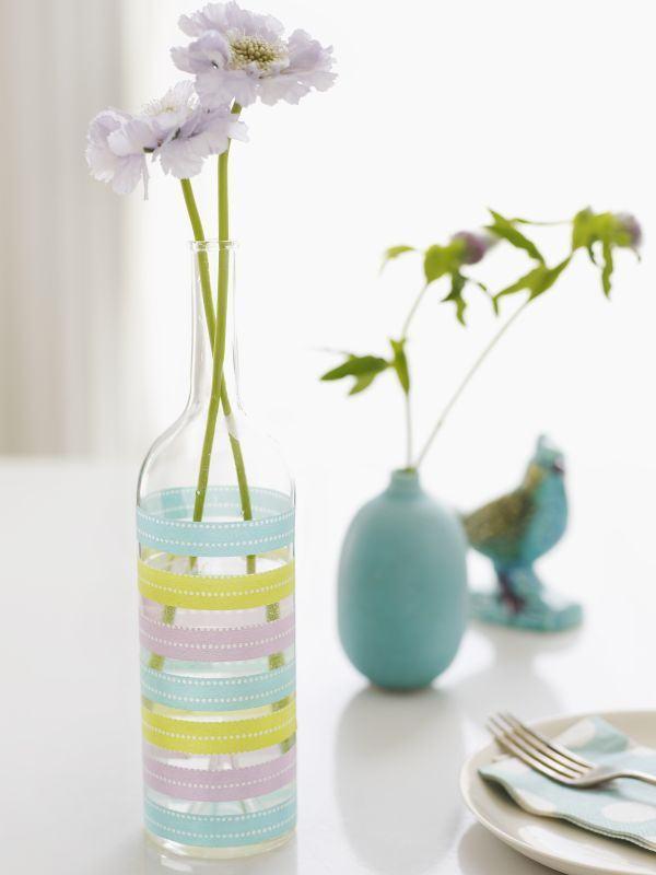 Vaso de garrafa de vidro com listras coloridas.
