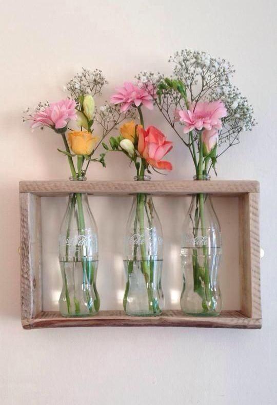 Garrafas de refrigerante de vidro como vaso de flores.