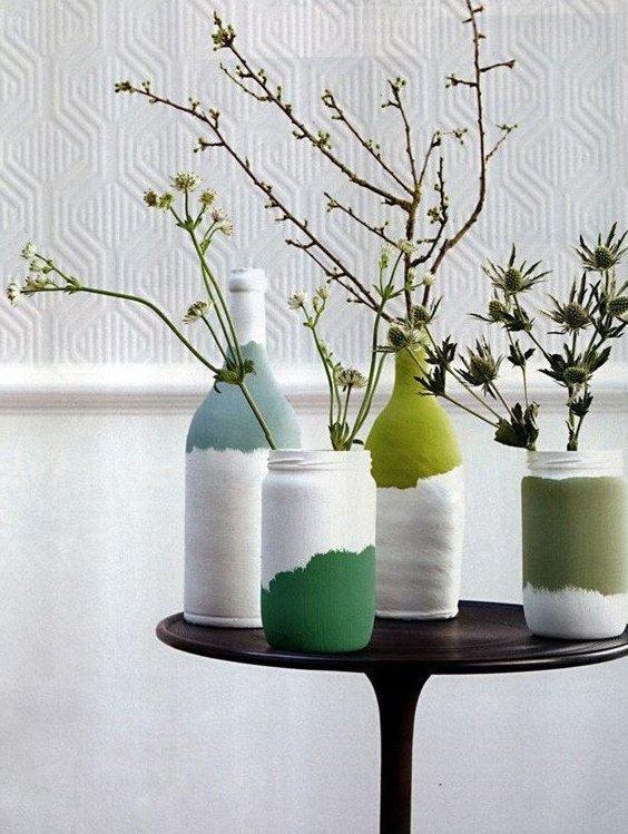 Vasos coloridos feitos com garrafas de vidro.