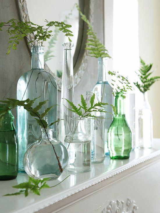 Vasos simples com garrafas diversas.