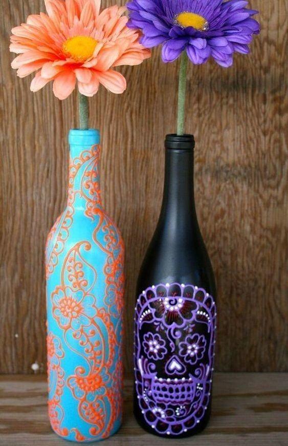 Garrafas pintadas com desenhos coloridos