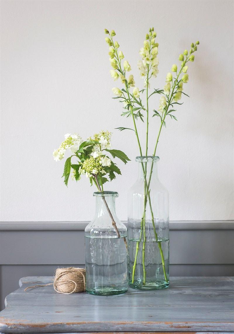 Vaso simples com garrafa de vidro.