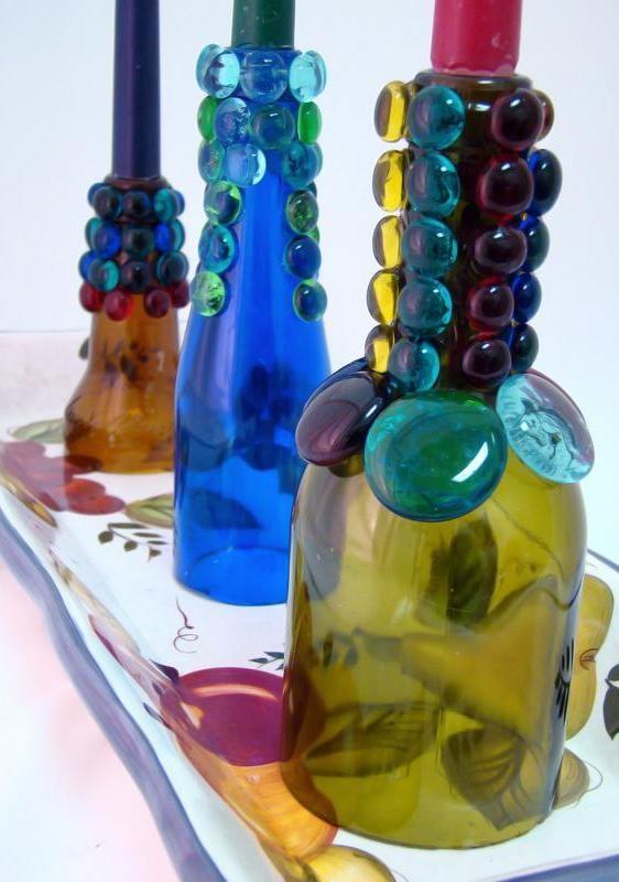 Garrafas decoradas com outros pedaços de vidro.