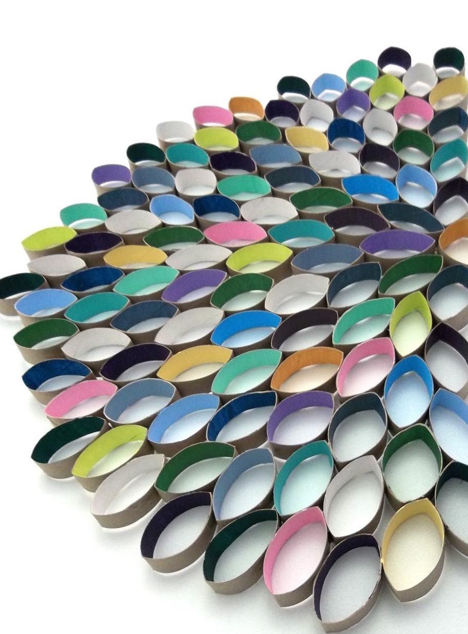 Outro mosaico colorido feito com rolos de papel.