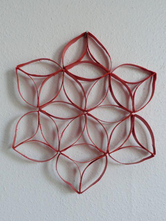 Que tal criar um simples objeto decorativo com tiras do rolo de papel?
