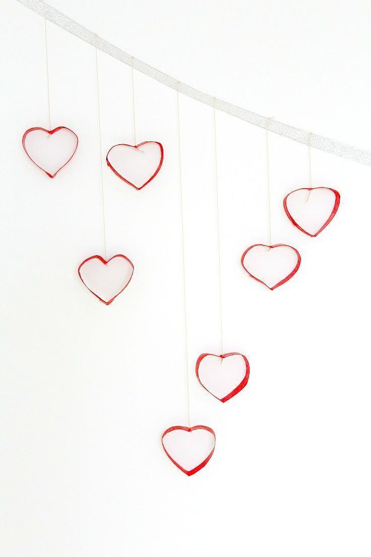 Corações vermelhos feitos com rolo de papel higiênico.