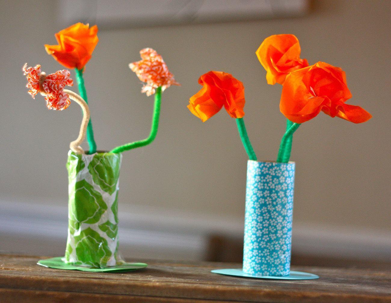 Vasos coloridos de rolo de papel para plantas artificiais.