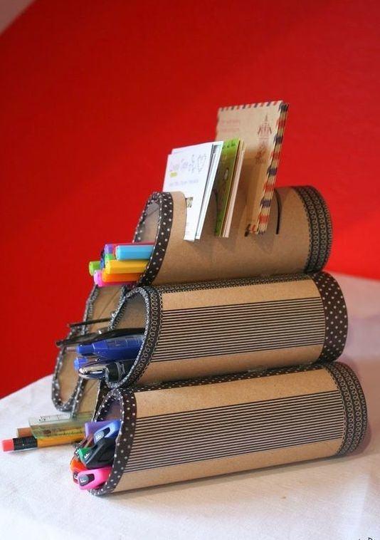 Porta trecos feito de rolos de papelão unidos.