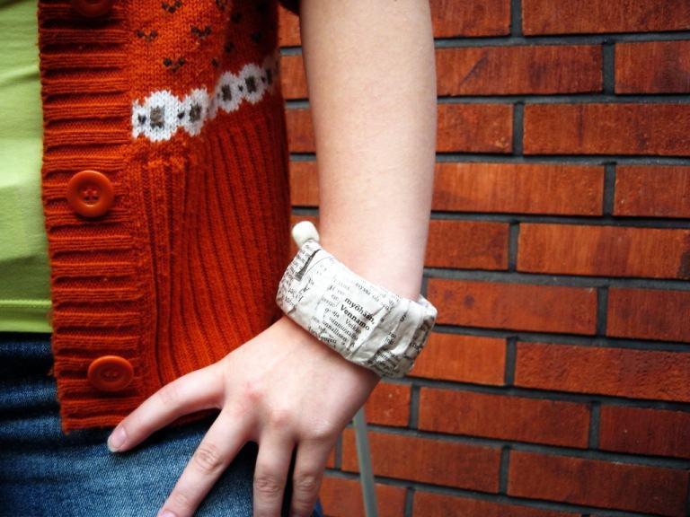 Uma pulseira simples com rolo de papel e jornal.