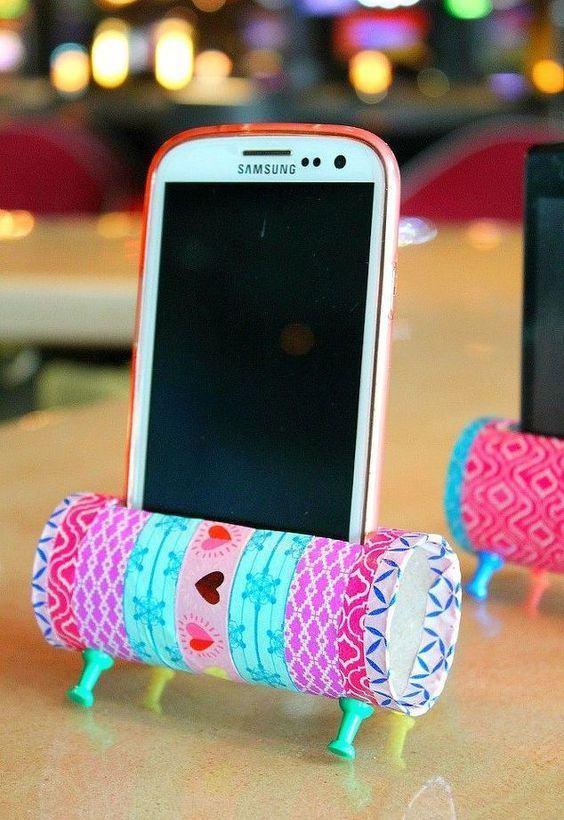 Uma opção criativa - um suporte para aparelhos celulares com rolo de papel revestido de tecido.