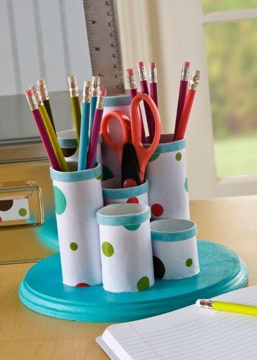 Uma solução prática é montar porta objetos e canetas com rolos de papel.
