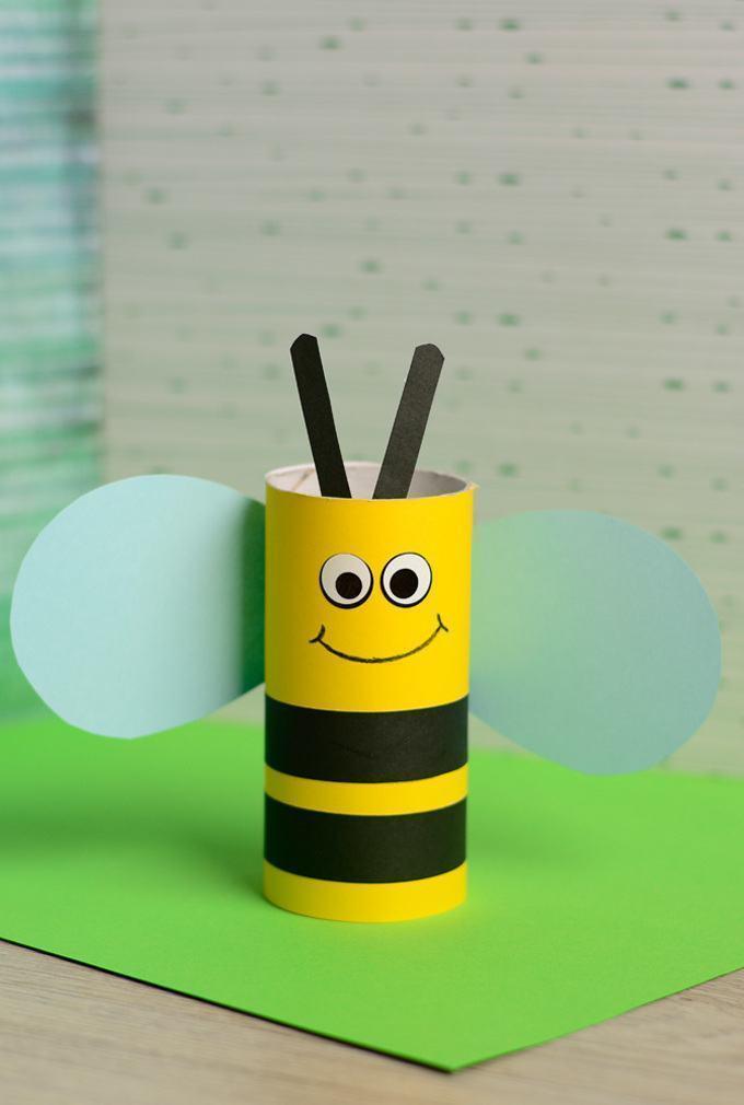 Personagem de abelha feito com base em rolo de papel.