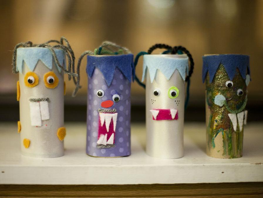Rolos com monstrinhos coloridos feitos com feltro e outros materiais.